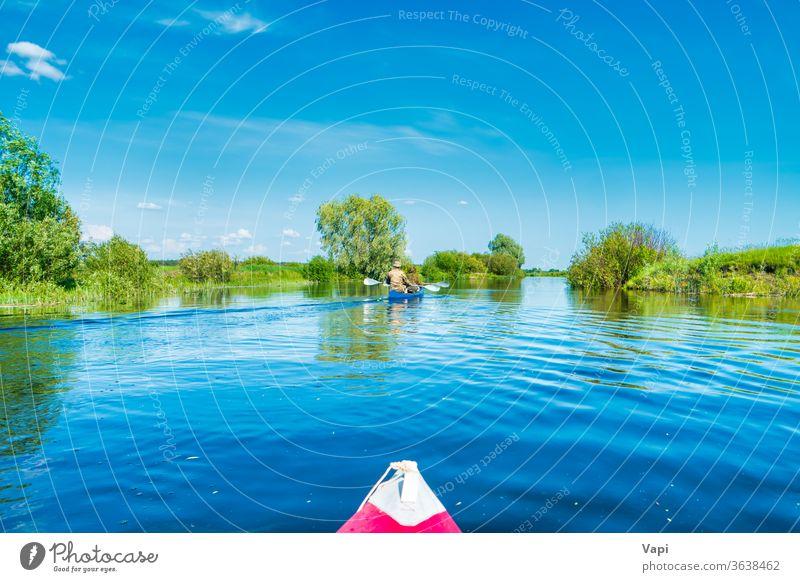 Kajakfahrt auf blauer Flusslandschaft Natur Kajakfahren Wasser Kanu Boot Paddel reisen See Sommer Urlaub Sport im Freien Person Erholung entspannend Freizeit
