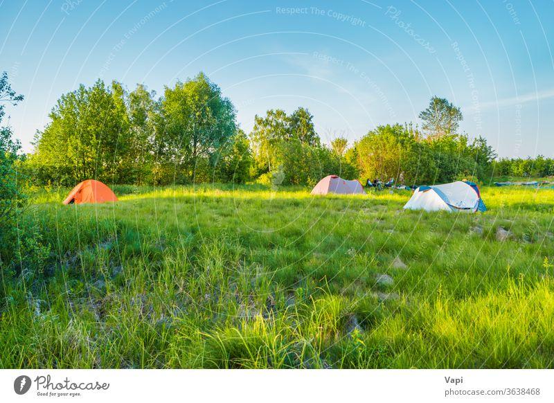 Zeltcamping auf grüner Wiese Sonnenuntergang Wald Berge u. Gebirge Himmel Natur wandern Gras Abenteuer reisen Landschaft Tourismus Sonnenaufgang Sommer Szene