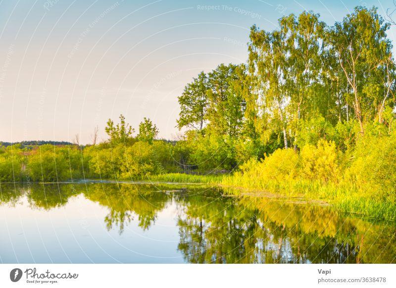 Sonnenuntergang am See und Sonnenstrahlen Landschaft Natur blau Wasser Herbst Morgen Bäume fallen Sonnenaufgang farbenfroh schön Himmel Sonnenlicht
