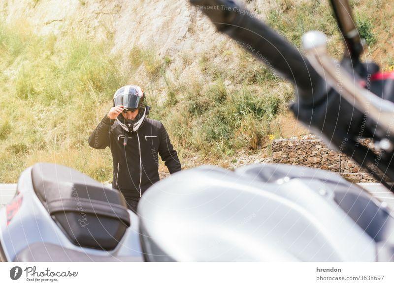 Biker mit Helm auf Motorrad Freiheit Fahrrad im Freien Verkehr Transport reisen Reise Laufwerk Geschwindigkeit Schutzhelm Fahrzeug Reiten Reiter Abenteuer