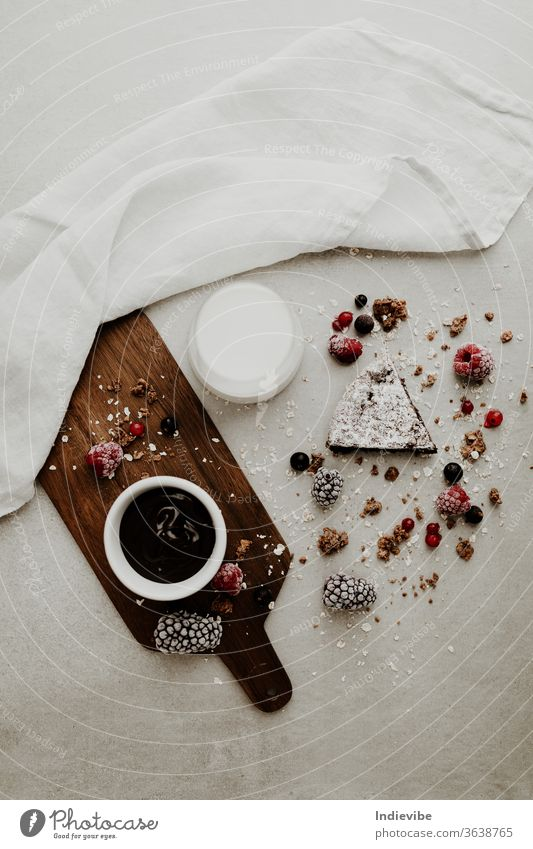 Gesundes veganes Kuchenstück mit Schokoladensauce, Milch und Beeren Gesundheit Frühstück Mandelmilch Brombeeren braun Hintergrund Schneidebrett Nahaufnahme