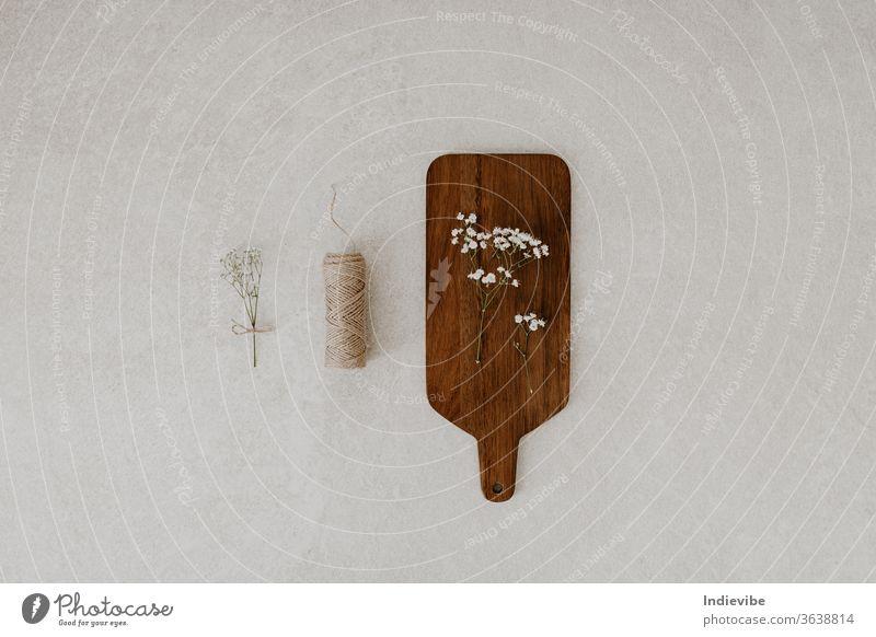 Schneidebrett mit Trockenblume und Schnur auf Marmorgrund Hintergrund beige Konzept bewusster Konsum Dekoration & Verzierung Öko Handwerk dekorativ Design diy