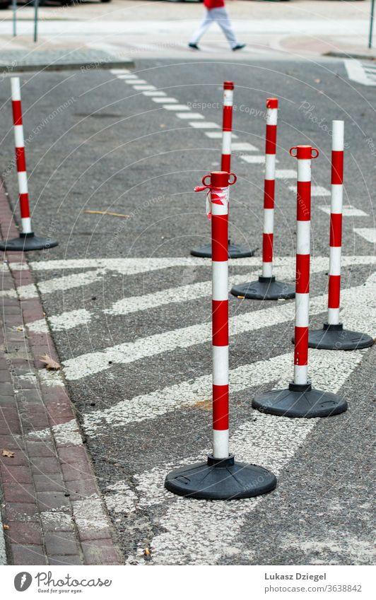 Weiße und rote Verkehrskegel Haufen Risiko Begrenzung Unfall Sicherheit Vorsicht Straßenbelag industriell Fußgänger im Freien urban Nahaufnahme Ermahnung weiß
