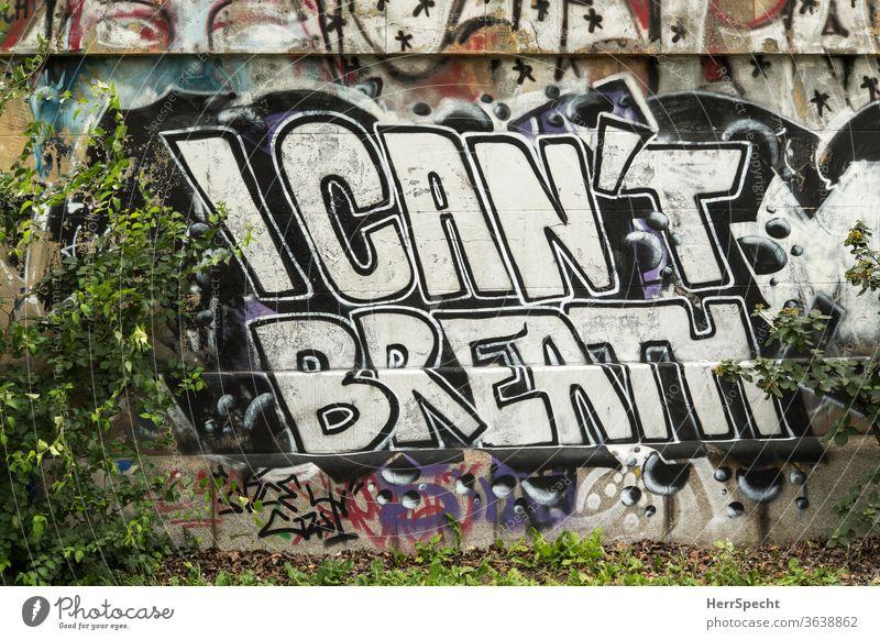 """Graffito auf Mauer - George Floyd: """"I can't breathe"""" Rassismus atmen Atemnot Politik & Staat Englisch Satz berühmt Buchstaben Schriftzeichen"""