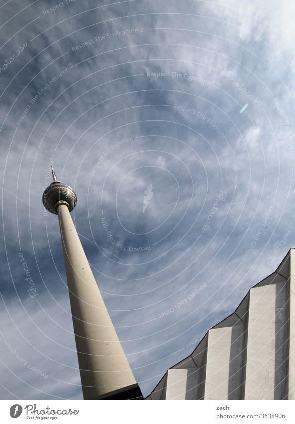 auf und ab blau himmelblau hoch Himmel Sehenswürdigkeit Architektur Turm Alexanderplatz Wahrzeichen Berliner Fernsehturm Hauptstadt Stadtzentrum Berlin-Mitte