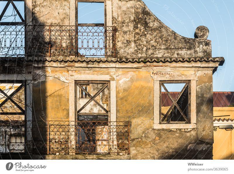 Fassade eines zerstörten alten Hauses im Sonnenlicht Ruine Licht Fenster leer kaputt Balkone Lissabon Portugal Wand Altstadt Ferien & Urlaub & Reisen Mauer