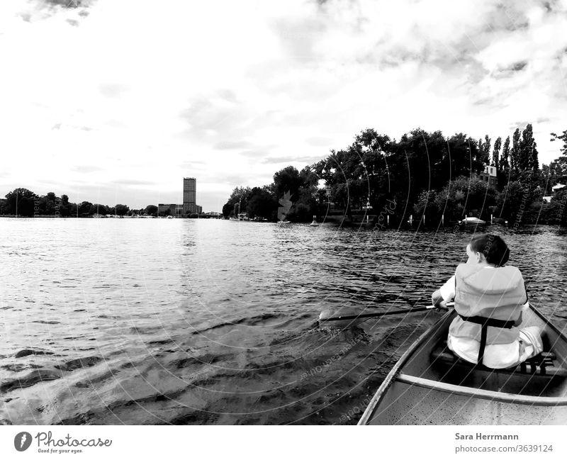 Kind im Kanu auf der Spree Wasser Berlin Ferien & Urlaub & Reisen Kindheit Sommer Spielen Sport