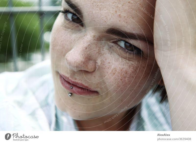 Portrait einer jungen, sommersprossigen Frau junge Frau Top windig Haare brünett schön intensiv Jugendliche 18-25 Jahre Blick in die Kamera weiblich sportlich