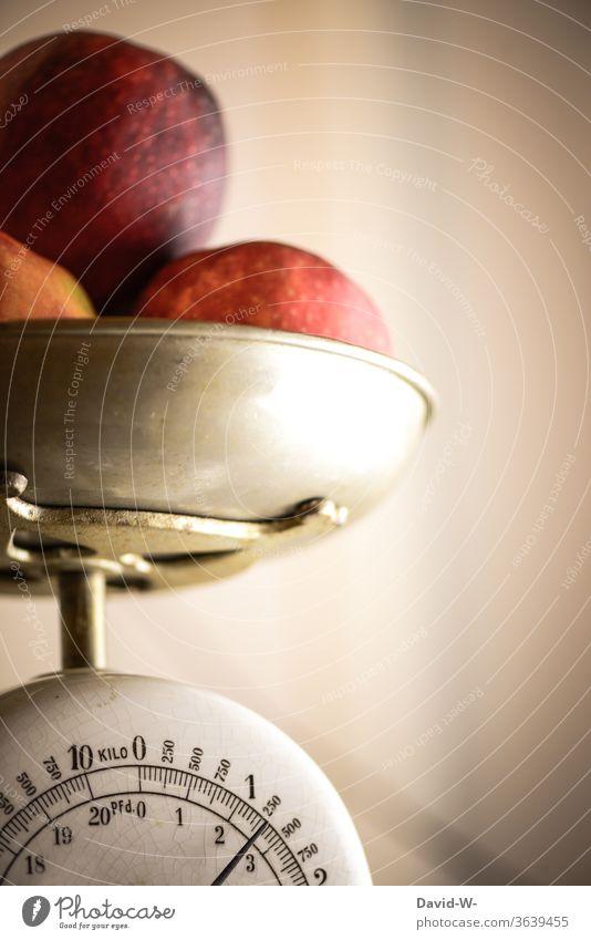 Äpfel liegen in einer Schale auf einer Waage und werden gewogen Mann Gewicht ermitteln ablesen Zahlen Kg pfund anzeige genau genauigkeit Obst vorbereitung