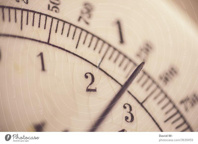 eine Waage zeigt mit dem Zeiger ein Gewicht an Anzeige Zahlen messen Maß Linien genau genauigkeit ermitteln Küche küchenwaage Laden einkaufen retro Nostalgie