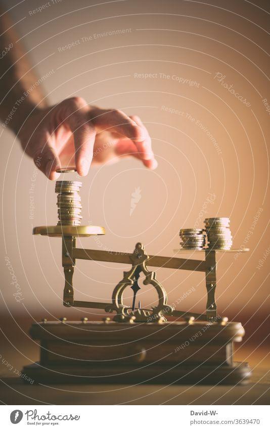 Waage - Mann teilt die Münzen gerecht auf Konzept Händeler Handel Hintergrund neutral Textfreiraum oben ungleichgewicht unterschied teilen Starke Tiefenschärfe