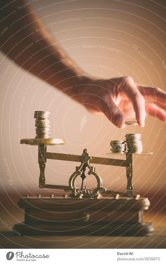 Waage | Ausgleich - Gerechtigkeit - teilen / aufteilen Konzept Händeler Handel Hintergrund neutral Textfreiraum oben ungleichgewicht unterschied