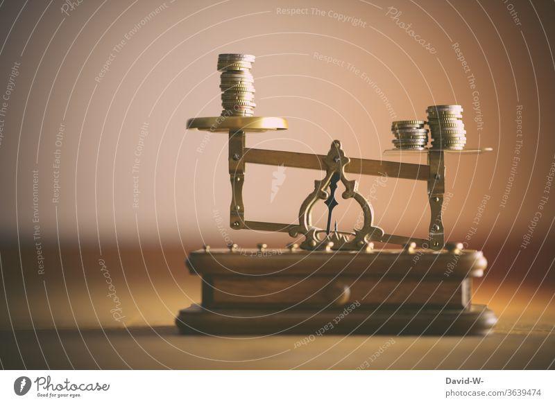 Reichtum wiegen Waage Geld vergleich Geldmünzen Münzen € Euro wert Kapitalwirtschaft Bargeld bezahlen sparen Einkommen Einsparungen Farbfoto Investition Gold