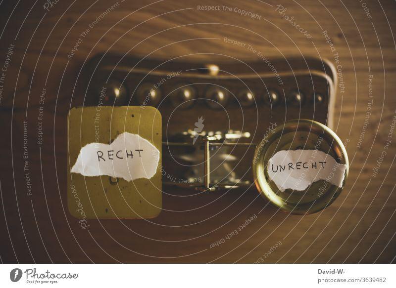 Waage - Beschluss | welche Seite gewinnt | wer hat recht und wer nicht Recht Beschluss u. Urteil Unrecht Zeit Geld Konzept Gleichgewicht Gewicht Gerechtigkeit