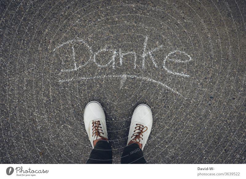 Mann sagt Danke Wort Kreide Füße Schuhe Straße Asphalt Buchstaben stehen Außenaufnahme dankbar danke schön danken Dankbarkeit danksagung Dankeschön