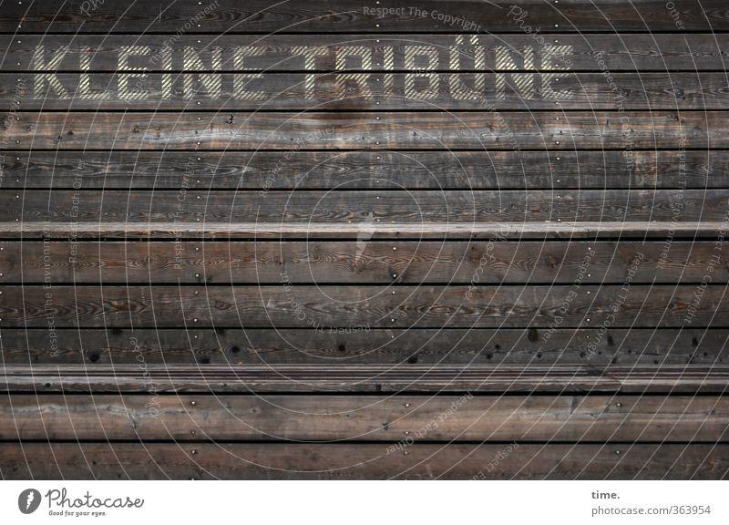 Präsentierteller Tribüne Sitzgelegenheit Bank Treppe Holz Schriftzeichen sitzen alt Müdigkeit Enttäuschung Einsamkeit Erschöpfung Erwartung Fürsorge Inspiration