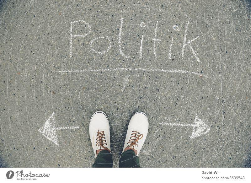 Politik - welche Richtung schlägst du ein Mann Füße richtungweisend links rechts einstellungssache politisch Politische Bewegungen Politik & Staat