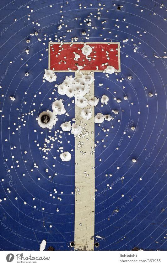 Dead End blau rot Straße Metall Verkehr Schilder & Markierungen Hinweisschild kaputt Streifen Zeichen Ende Gewalt Loch Autofahren Zerstörung Kriminalität