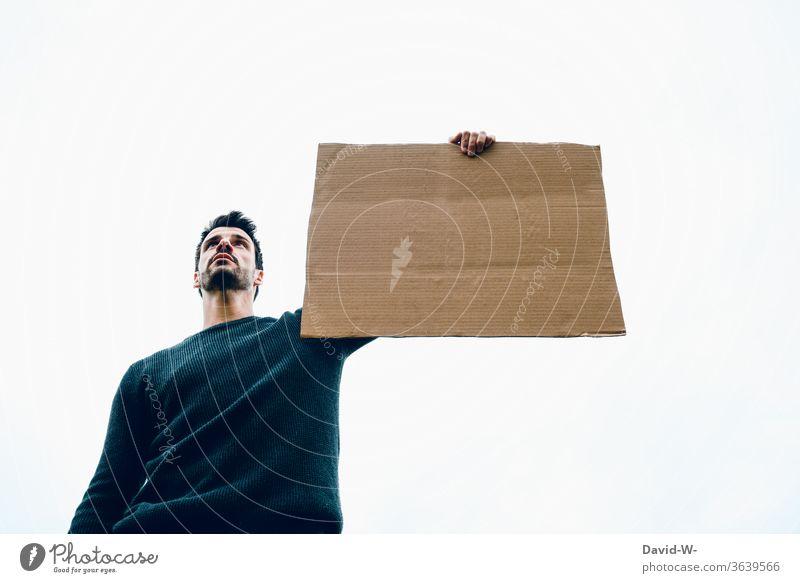Hinweisschild -  Mann hält ein Schild aus Pappkarton in der Hand Karton Pappe pappkarton hinweisend achtung Meinung Mannfesthalten Textfreiraum Platzhalter Demo