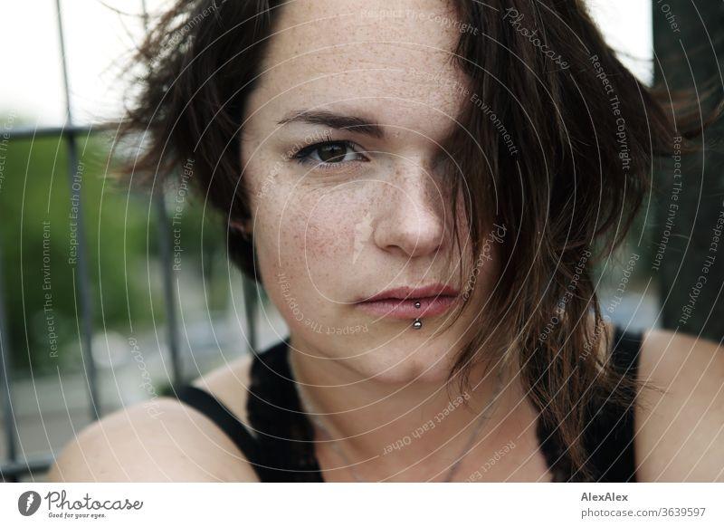 Portrait einer jungen, sommersprossigen Frau junge Frau Top windig Haare brünett schön intensiv Jugendliche 18-25 Jahre Dekolleté Blick in die Kamera bauchfrei