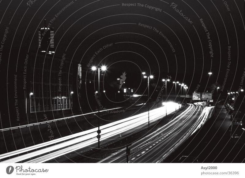 Swosh Nacht Köln Mediapark Langzeitbelichtung schwarz weiß Schwanz PKW Licht