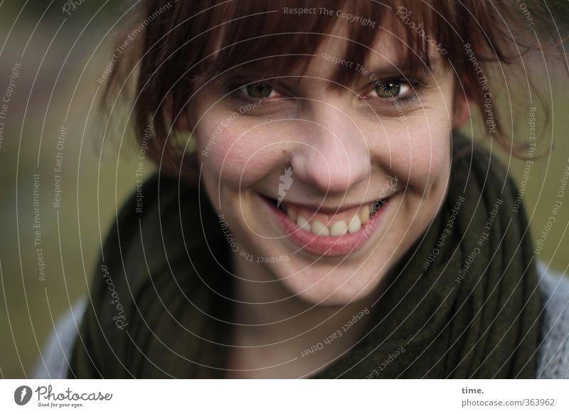 andlostluggage feminin Kopf Haare & Frisuren Gesicht Nase Mund 1 Mensch 18-30 Jahre Jugendliche Erwachsene Schal brünett Lächeln lachen Fröhlichkeit
