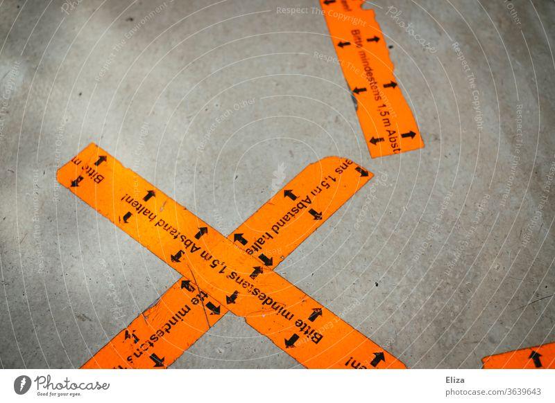 Abstandsmarkierungen auf dem Boden. Abstand halten im Einzelhandel und in der Gastronomie. Corona. abstandsmarkierung Coronavirus Markierung Corona-Virus Covid
