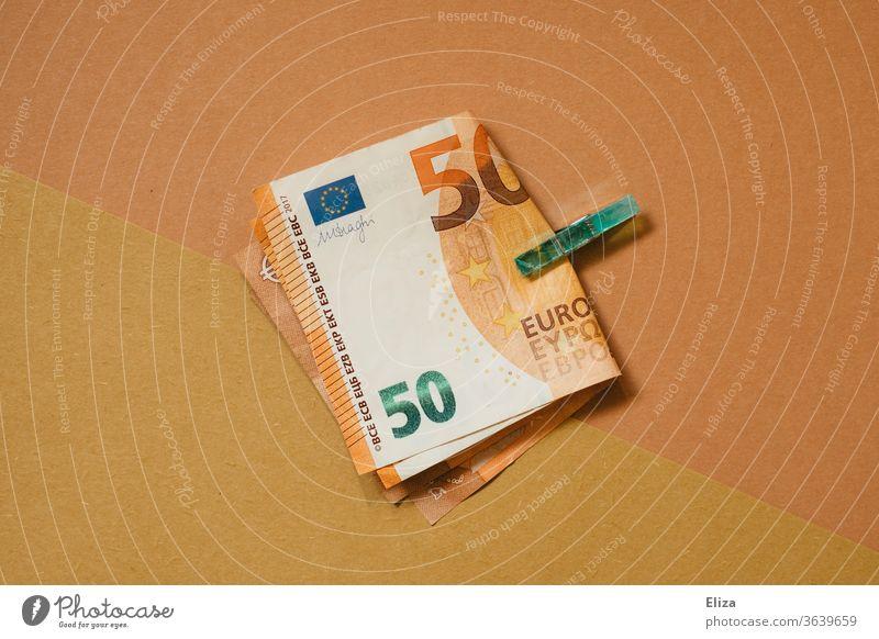 Zwei 50 Euro Scheine von einer Klammer gehalten. Ton in Ton. Geld 50er ästhetisch Kapitalwirtschaft Geldscheine sparen Bargeld Hintergrund neutral Business