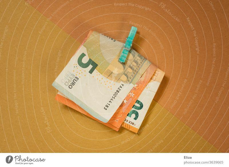 Geld: Ein Bündel Geldscheine von einer Klammer zusammen gehalten Euro Scheine sparen Geschenk Bargeld Erbe Reichtum bezahlen Business Schwarzgeld Wirtschaft