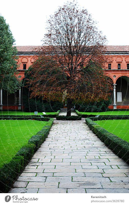 Ein Backsteinhaus in Mailand mit grünem Vorgarten. Italien Europa Haus Architektur Bauwerk alt Stadt Zuhause Fenster Dach historisch Fassade Himmel Weg