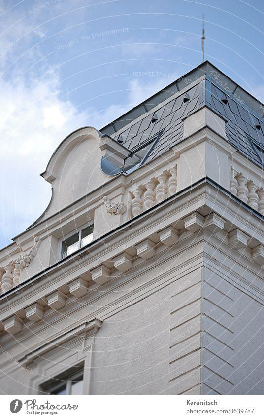 Ein Zimmer auf dem Dach und strahlend blauer Himmel. Dachausbau Dachzimmer Turmzimmer Fenster Dachfenster Wand Fassade Verkleidung Stuckarbeiten geschmückt Haus