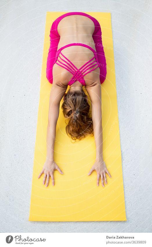 Rückenstreckung.Foto des Mädchens beim Yoga an der Gymnastikmatte Frau jung Pose Lifestyle Fitness Konzentration Gesundheit Übung Training Menschen Asana weiß