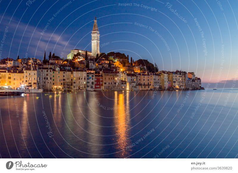 Blick auf die Hafenstadt Rovinj direkt am Meer auf der Halbinsel Istrien in Kroatien zur blauen Stunde Europa blaue Stunde Abend Nacht Altstadt Kirchturm