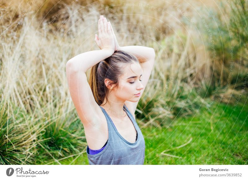 Junge Frau macht Yoga-Übung Asana Gleichgewicht schön Schönheit Körper Kaukasier Konzentration Energie Fitness Gesundheit Lifestyle meditierend Meditation