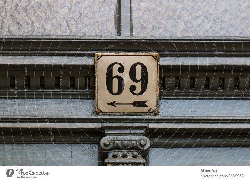 eindeutig Links 69 Menschenleer Farbfoto Eingang Eingangstür Schilder & Markierungen Hinweisschild Hausnummer Hausnummernschild Tür Schriftzeichen Außenaufnahme