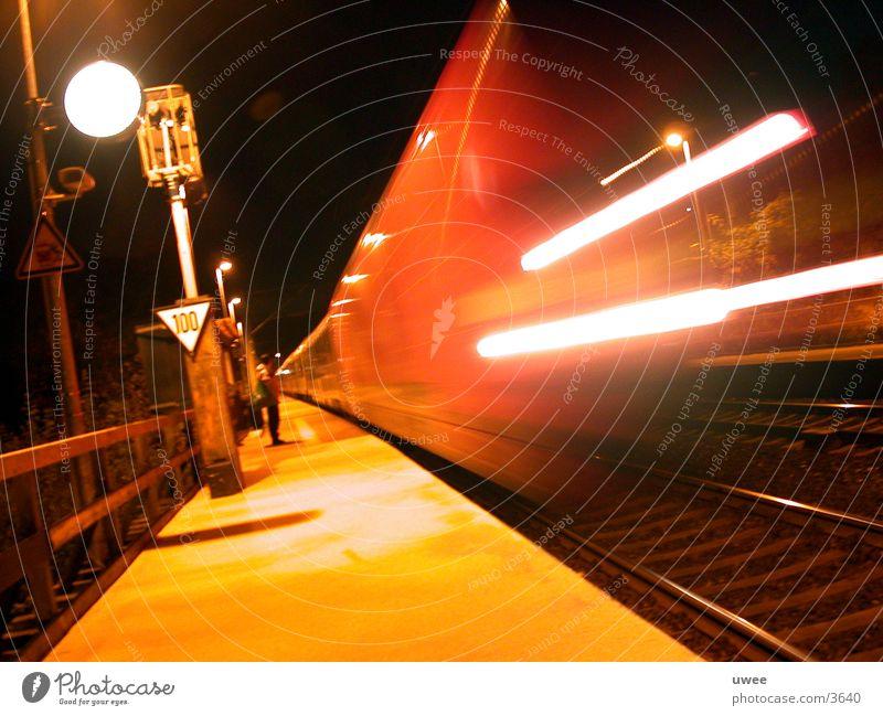 umsonst warten ... Bahnsteig Nacht Eisenbahn Gleise Leuchtspur Lampe Bewegungsunschärfe Zeit kommen wegfahren Morgen Verkehr fünf uhr Pünktlichkeit
