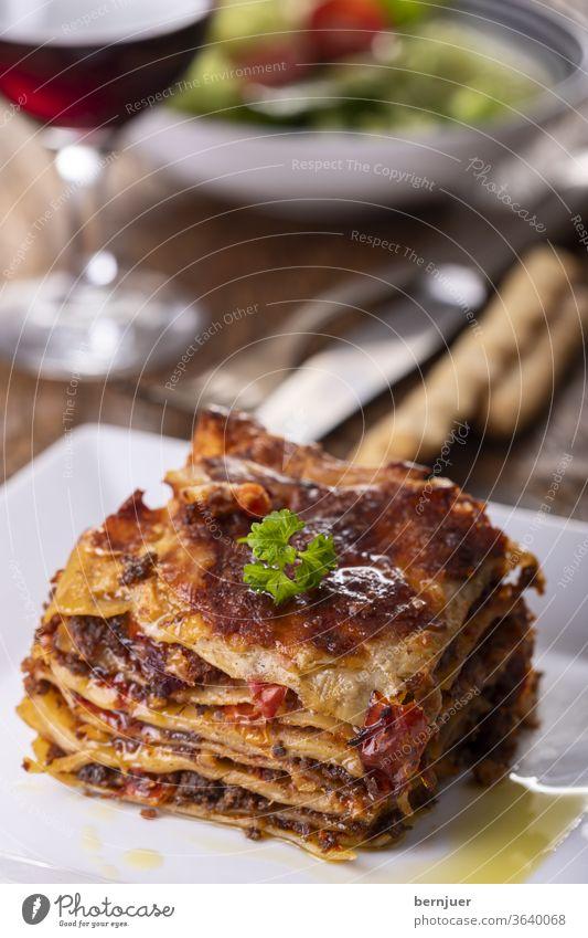 Lasagne auf einem Teller lecker Hackfleisch zubereitet Kohlenhydrat Nudelauflauf Schichten Italien europäisch bolognaise rustikal geschmackvoll Zutat