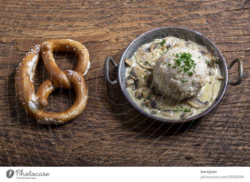 bayerischer Semmelknödel mit Sauce Semmelkloß Pilzsauce Pilzsoße Knödel grün Aufsicht Becher Brezel Bayern Essen Kochen weiß Petersilie Gemüse Teller