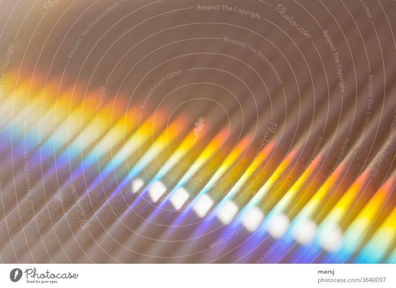 Bunte Streiflichter auf Wellen Regenbogen regenbogenfarben harmonisch leuchten fantastisch mehrfarbig entdecken Farbfoto Detailaufnahme Lichterscheinung