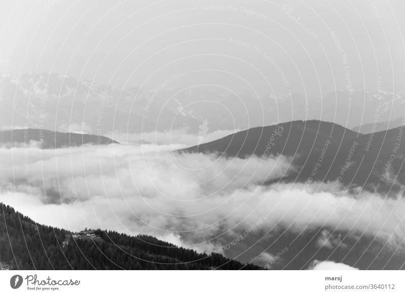 Schwarz-Weiße Nebelstimmung in den Bergen aufsteigender Nebel Tagesbeginn Berge u. Gebirge ruhig Traum verträumt Traumwelt Sonnenaufgang Meditation Ruhe Stille