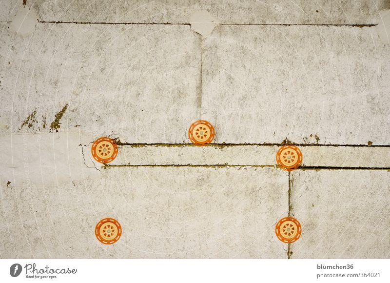 grafisch | orange auf grau Wand Mauer Gebäude trist rund Baustelle bauen Plattenbau Befestigung Neubau fertigmachen Fertigbauweise