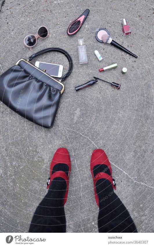 heruntergefallene handtasche einer dame mit herausgefallenen utensilien Frau Dame weiblich feminin Beine Damenschuhe Füße rote Schuhe Asphalt Straße Handtasche