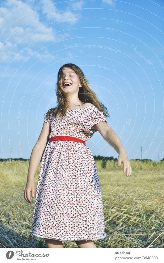 fröhliches mädchen im retro sommerkleid auf einem strohacker Unbeschwertheit sommerlich feminin Kornfeld junges Mädchen Getreide Kind Sommer Feld Acker