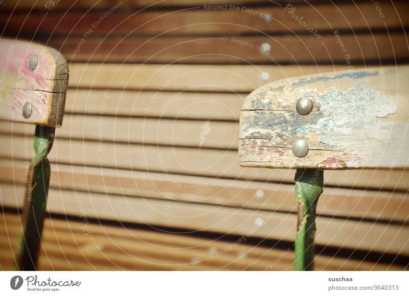 Lehne eines Holzstuhles Rückenlehne Stuhl Straßencafé Holzbank draußen sitzen Sitzgelegenheit urban Stadt marode Stuhllehne Möbel alt Einsamkeit leer