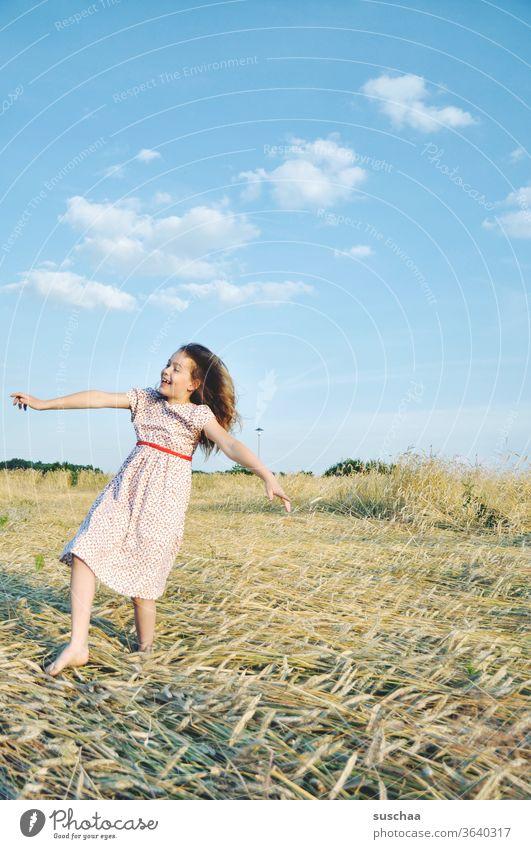 fröhliches mädchen auf einem strohacker Spaß Lachen gestikulieren Klima Schönes Wetter Stroh Haare & Frisuren Natur Sonnenlicht Wärme Freude Fröhlichkeit retro