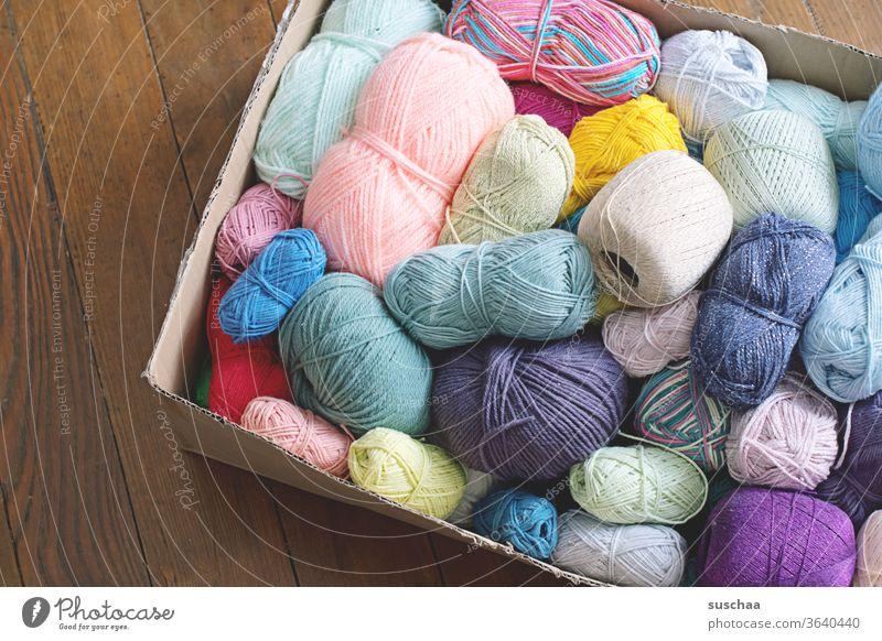 pappkaron mit vielen bunten wollknäuel Wolle Wollreste Wollknäuel farbig verschieden Handarbeit stricken häkeln DIY Freizeit & Hobby sammeln aufbewahren