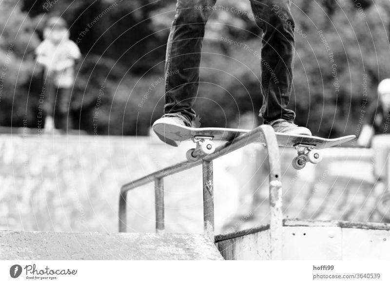 Skateboard gleitet über ein Geländer Skateboarding Funsport springen Trick Trick Jump Jugendliche Sport Aktion Lifestyle Schatten Rolle street Licht Stunt