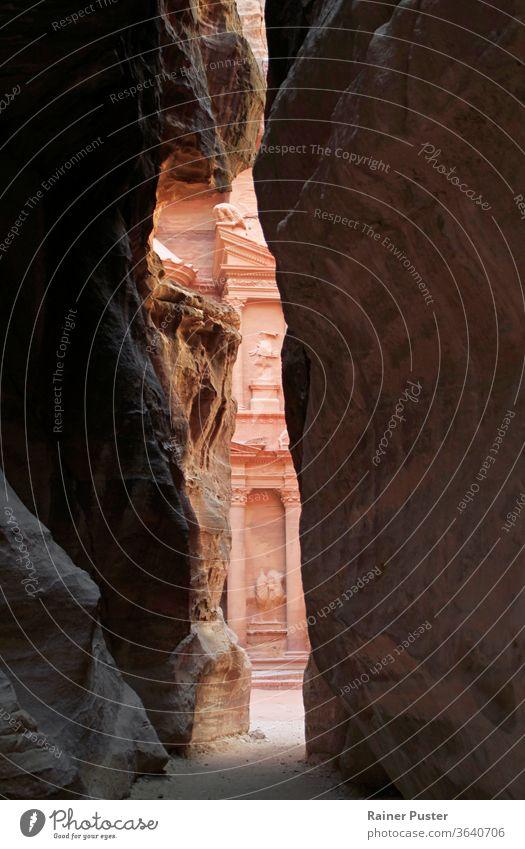Ein Blick auf die Schatzkammer in Petra, Jordanien Abenteuer antik Antiquität arabisch Archäologie Architektur Gebäude Schlucht behauen Zivilisation Kultur deir
