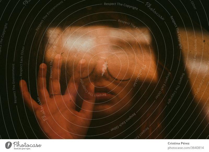 Schauen. covid-19 Porträt Selbstportrait Blick Coronavirus Menschen Pandemie