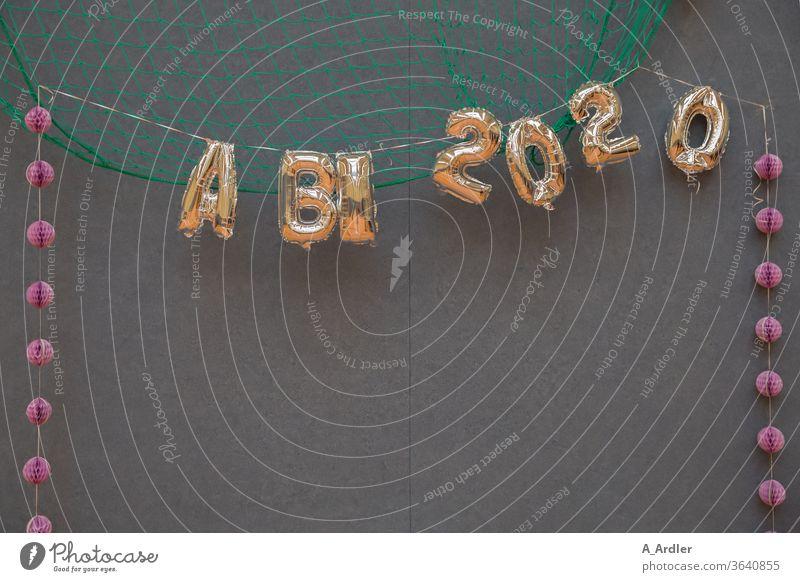 Abitur 2020 Feier Zeugnis Zeugnisse Party Sporthalle Saal Abschlussball Abschlußfeier Buchstaben Zahlen Netz Zentralperspektive Hintergrund neutral